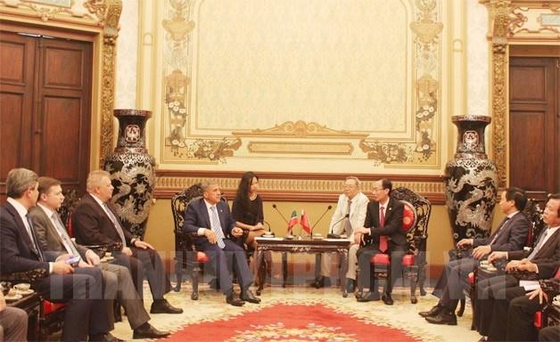 胡志明市领导会见俄罗斯鞑靼斯坦共和国总统鲁斯塔姆