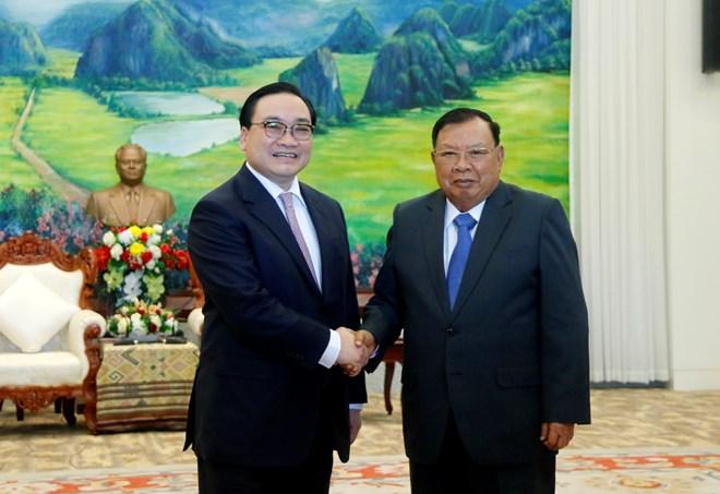老挝党和国家领导人会见越南河内市高级代表团