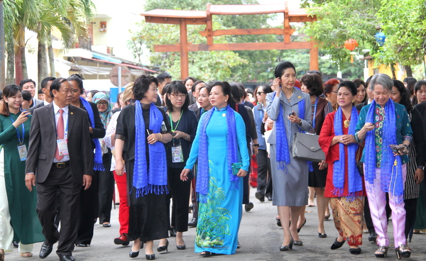 APEC成员经济体领导人夫人参观会安