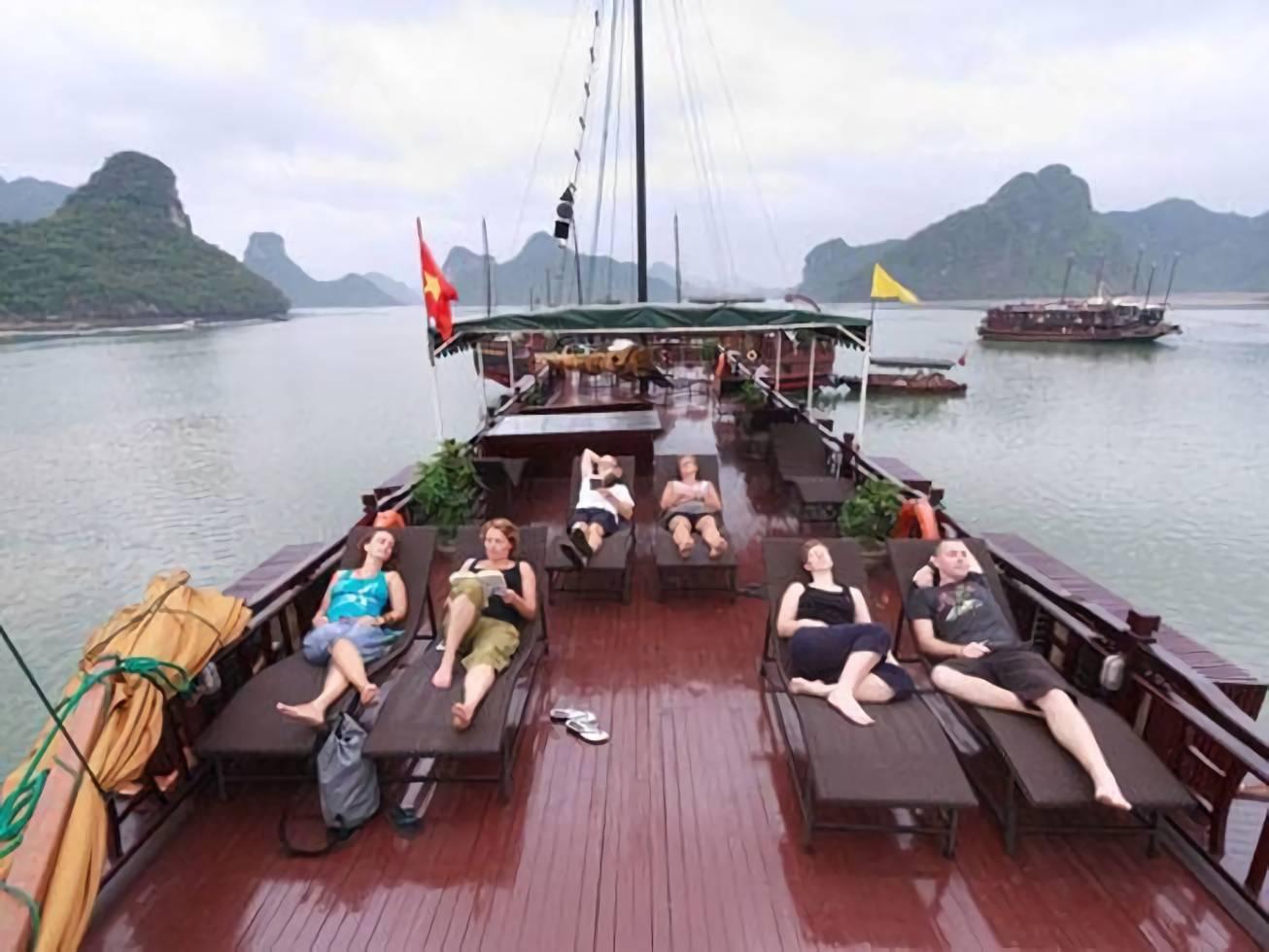 乘船游览下龙湾:外国游客的新体验