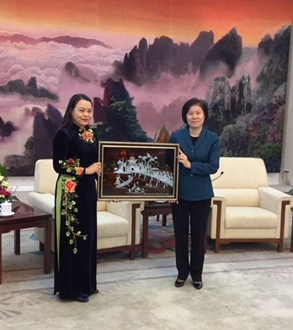越中两国加强妇联间的合作