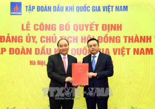 阮春福总理颁发新任越南油气集团董事会主席任命决定