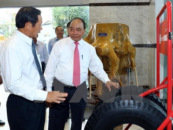 政府总理阮春福视察越南橡胶工业集团