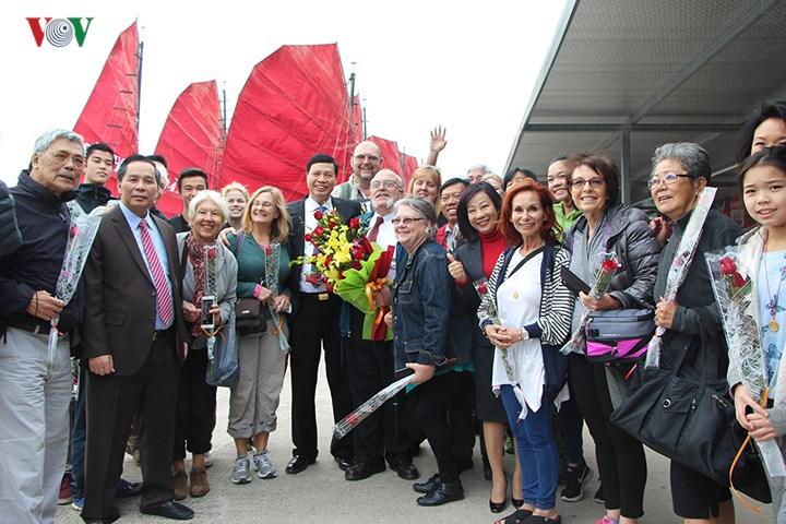 越南各地迎来2018年首批游客