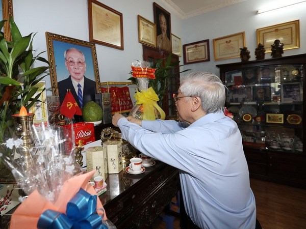 越共中央总书记敬香缅怀各位已故党和国家领导同志
