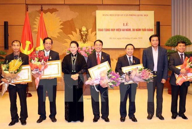 国会主席阮氏金银向国会办公厅机关党组织党员授予40年、30年党龄章