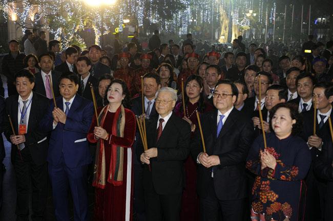 越共中央总书记阮富仲给河内市党组织、政府和人民拜年