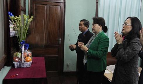越南国会主席阮氏金银敬香缅怀胡志明主席