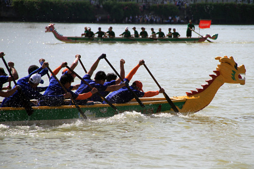 河内首次举行龙舟赛