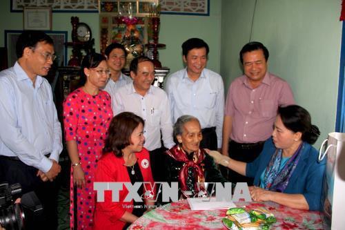 国会主席阮氏金银探望并向隆安省政策优抚家庭和贫困户赠送年礼