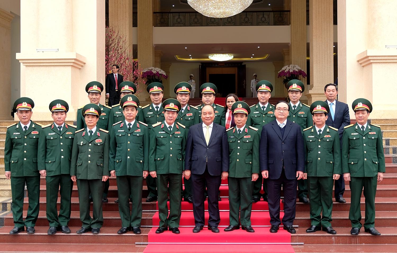 越南政府总理阮春福检查首都河内司令部的随时战备工作