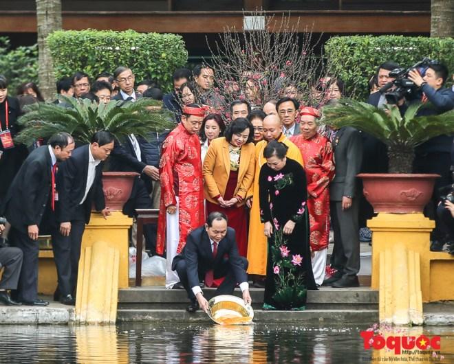 越南党、国家和政府领导人会见回国过年越侨