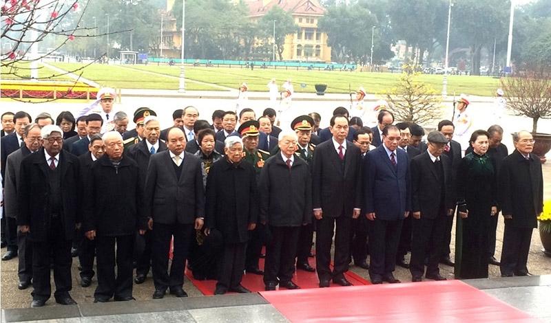 2018戊戌年春节即将来临:越南党和国家领导入陵瞻仰胡志明主席遗容