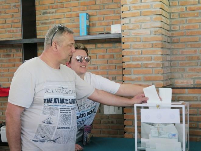 在越俄罗斯公民提前参加俄罗斯总统选举投票