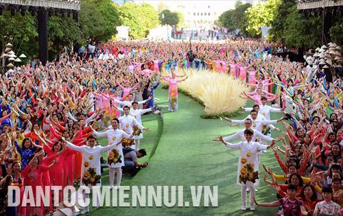 2018年胡志明市第五届奥黛节吸引10多万人次参加