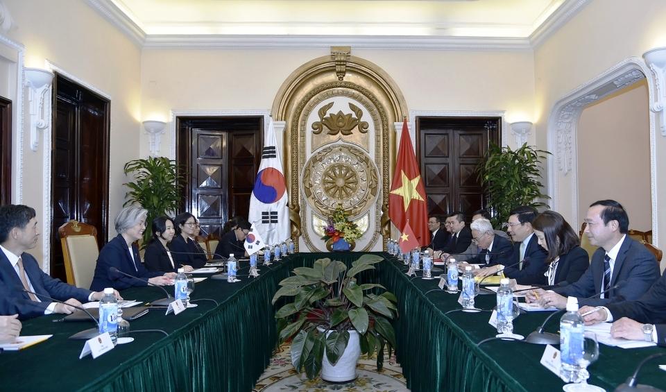 越南政府副总理兼外长范平明同韩国外长康京和举行会谈