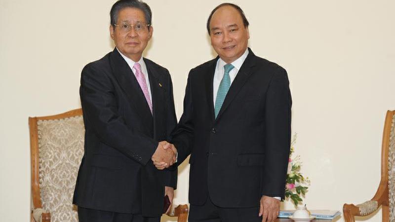 政府总理阮春福会见日本首相顾问饭岛勋