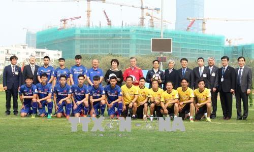 韩国总统、越南政府副总理武德儋与越南U23国家队进行交流