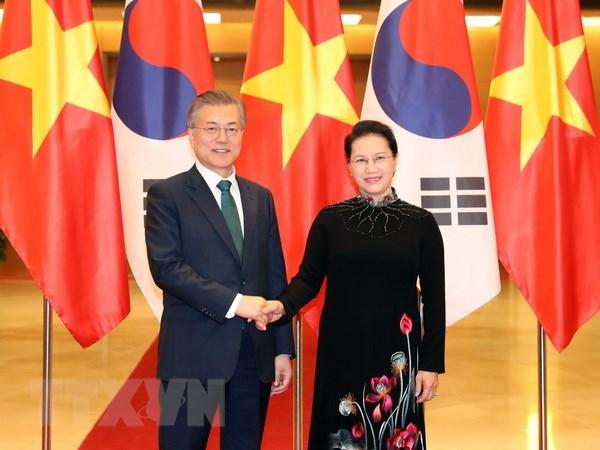 国会主席阮氏金银会见韩国总统文在寅
