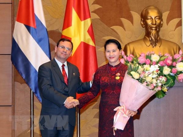 国会主席阮氏金银荣获古巴国务委员会授予的团结勋章