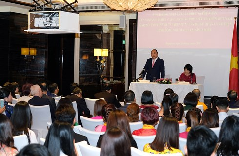 越南政府总理阮春福会见旅居新加坡越南人