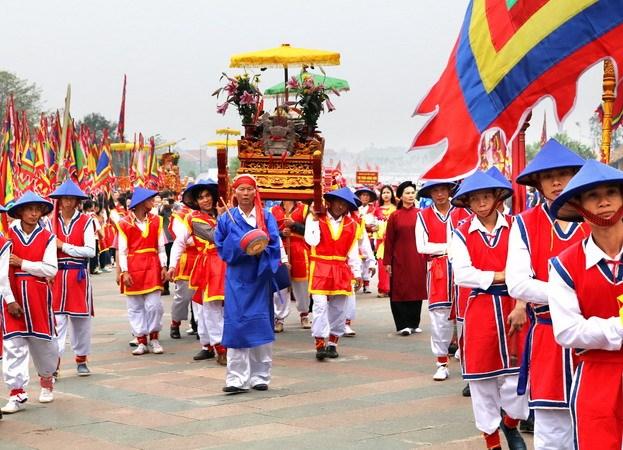 前往雄王庙的游客特别是越侨数量日益增多