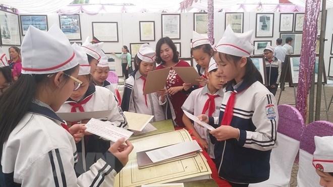 """""""黄沙和长沙归属越南:历史证据和法理依据""""资料图片展亮相和平省"""
