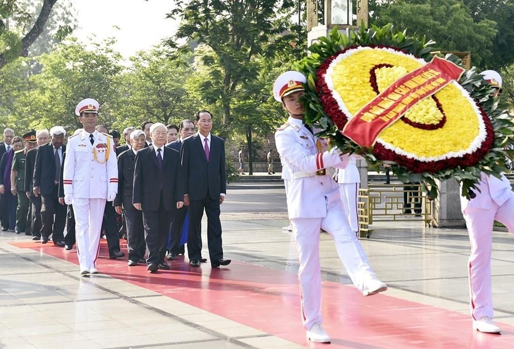 胡志明主席诞辰128周年:越南党和国家领导人拜谒胡志明主席陵墓(组图)