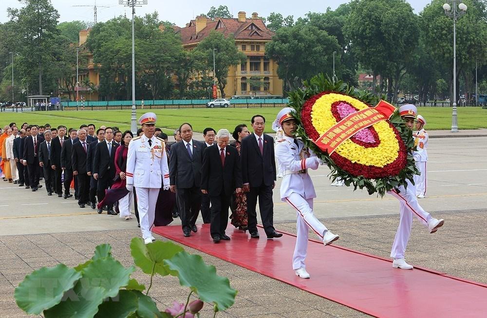 党和国家领导人、国会代表入陵瞻仰胡志明主席遗容
