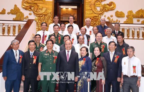 阮春福总理会见打击美国侵略者老少年代表团