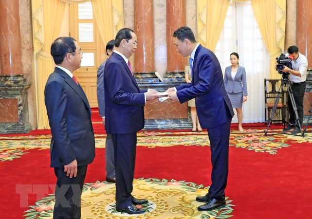 国家主席陈大光会见前来递交国书的各国大使