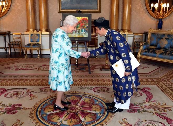 越南驻英国大使陈玉安向英国女王递交国书