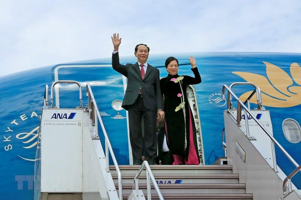 国家主席陈大光和夫人抵达东京