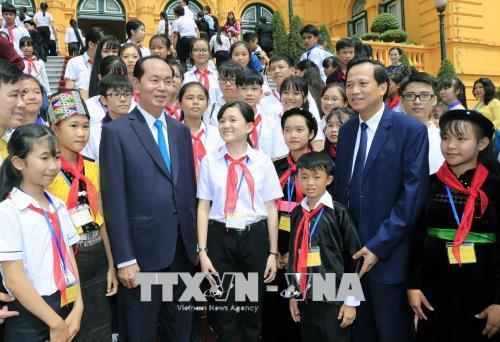 越南国家主席陈大光会见全国优秀特困学生代表团