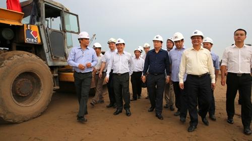 越南政府副总理郑廷勇检查北南高速公路项目施工进度
