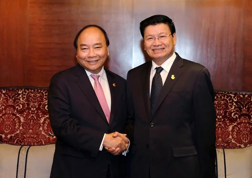 阮春福同老挝政府总理通伦•西苏里举行会晤