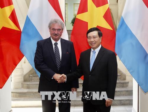 越南政府副总理兼外长范平明同卢森堡外交大臣让•阿瑟伯恩举行会谈