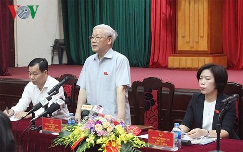 越共中央总书记阮富仲在越南十四届国会五次会议结束后会见河内选民
