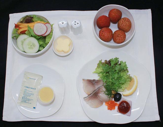 越航在国内和国际航班上提供新鲜荔枝甜点服务