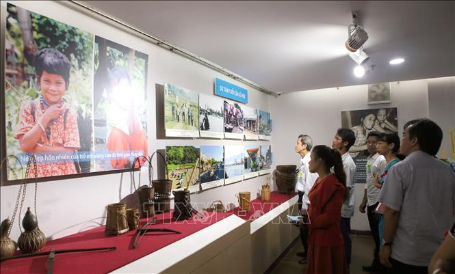 """""""越南中部和西原地区各省二十年革新历程""""摄影展举行"""