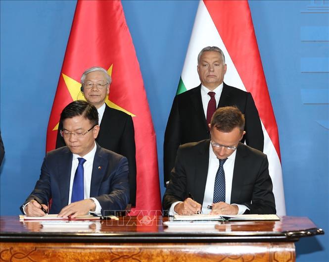 越南-匈牙利签署众多合作文件