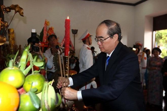 胡志明市领导上香和敬花缅怀胡志明主席