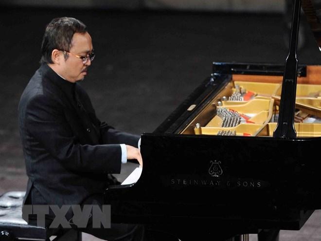 波兰向人民艺术家邓泰山颁发文化杰出贡献金质奖章