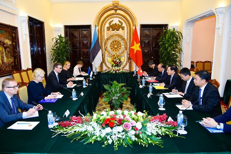 越南政府副总理兼外长范平明与爱沙尼亚外长斯文•米克塞尔举行会谈