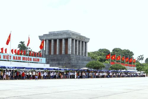 国庆节期间共有3.86万人次游客入陵瞻仰胡志明主席遗容
