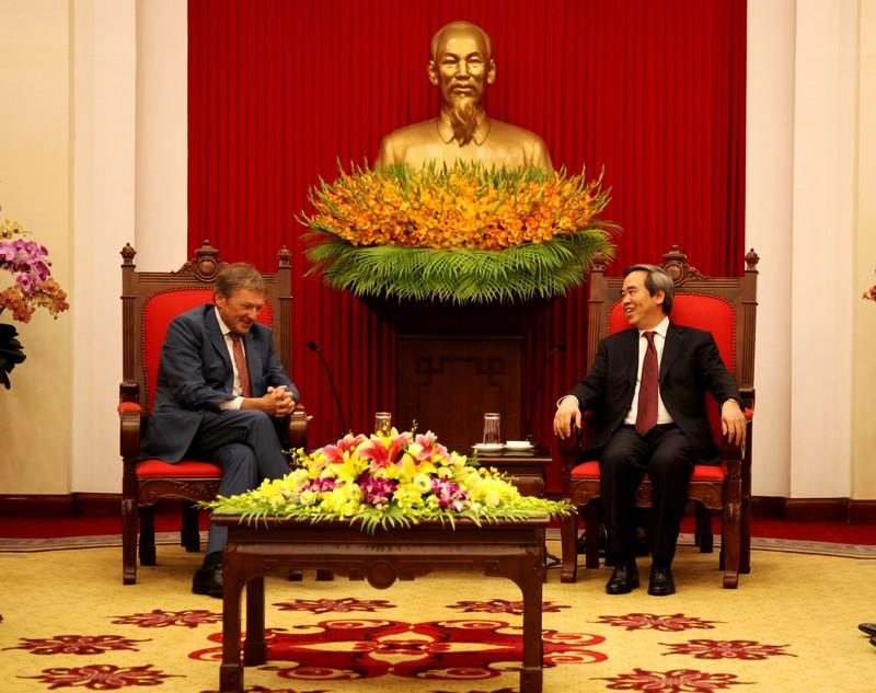 越共中央经济部部长阮文平会见俄罗斯总统企业家权益全权代表