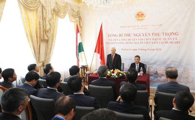 阮富仲总书记会见越南驻匈大使馆馆员和旅匈越侨代表