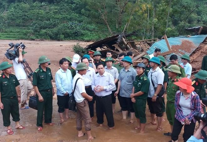 越共中央组织部部长范明正走访慰问清化省洪灾灾民