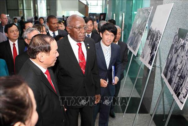有关古巴领袖菲德尔•卡斯特罗访问越南解放区的图片展在广治省开展