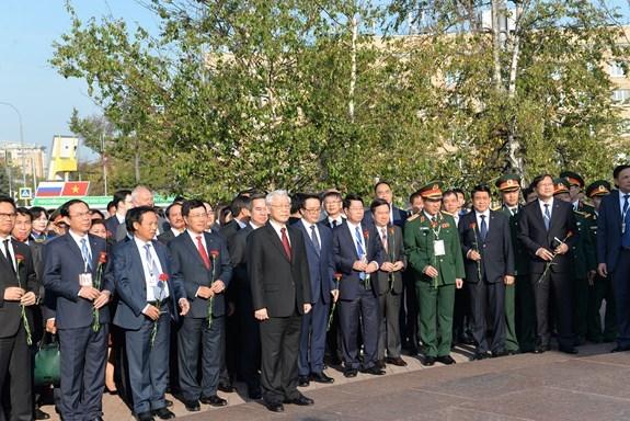 越共中央总书记阮富仲在俄罗斯首都莫斯科胡志明主席塑像前献花